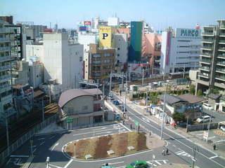 PARCOや新京成線の踏切がある方向