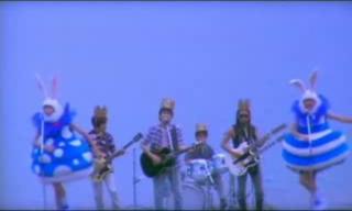 スピッツの群青に出演するアンガールズ