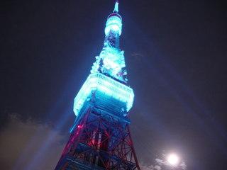 青くライトアップされた東京タワー