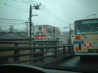 怒られ叱られ躍進する木村商事の看板(引き)