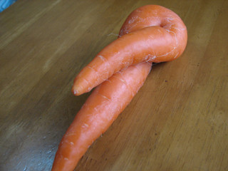 セクシー野菜(人参)足を組む女性