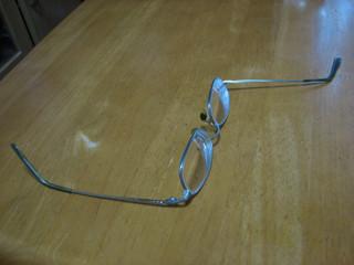 ありえない方向に曲がったメガネ