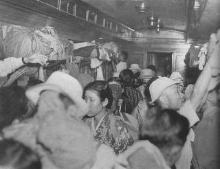 戦後まもなくの満員列車(ウィキメディアコモンズより)