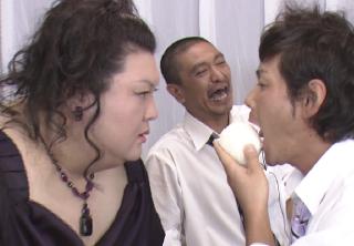 エロティックにおにぎりを食べる遠藤(「マツコ・デラックスの500のコト」より)