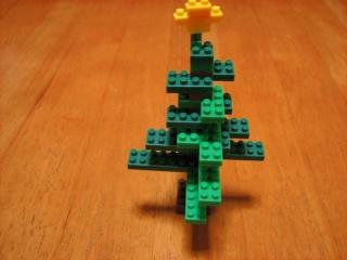 ナノブロックで作ったクリスマスツリー(この角度がいまいち)