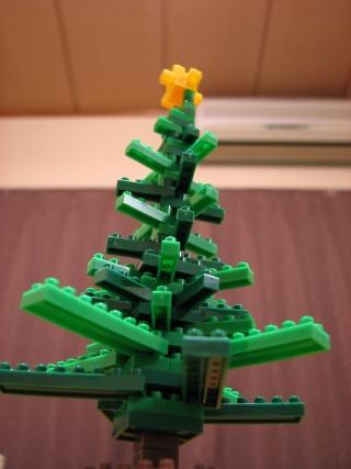 ナノブロックのクリスマスツリーを見上げる