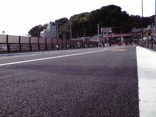柿生大橋の車道を歩いて渡るイベント