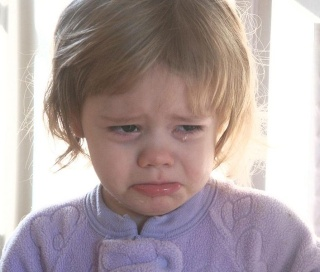 A toddler girl crying 元画像