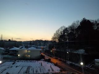 畑につもった雪と夜明け
