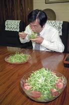 かいわれ大根を食べる菅さん1