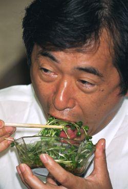 かいわれ大根を食べる菅さん2