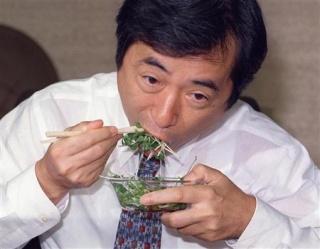 カイワレ大根を試食する菅さん