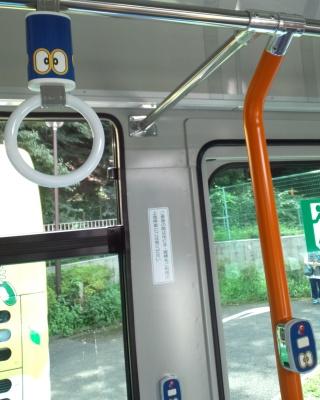 ドラえもんバス4号車 つり革と降車ブザー