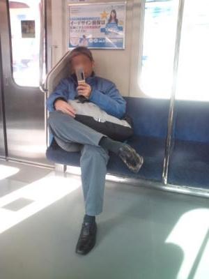 電車で足を組むおやじ