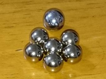 エポック社から届いた野球盤のボール(大きい1つはパチンコ玉)